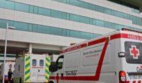 En la imagen, la ambulancia que trasladó al policía gravemente herido tras sufrir una brutal agresión a manos de un nigeriano.