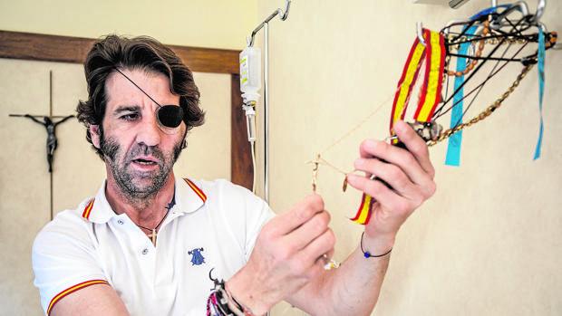 Juan José Padilla muestra las medallas que besa antes de cada faena