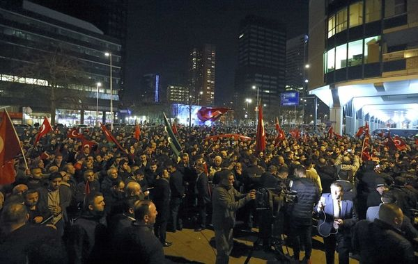 Una multitud se congrega frente al consulado turco en Róterdam para recibir a la ministra de Asuntos Familiares Fatma Betul Sayan Kaya
