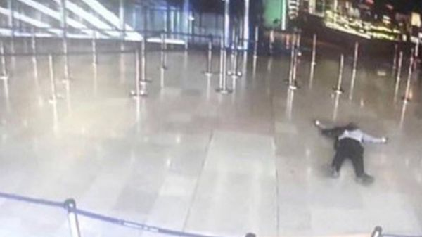 Así quedó el cuerpo del atacante en el aeropuerto de Orly