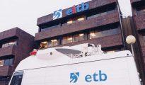 Una unidad móvil, ante una sede de EiTB