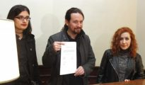 Pablo Iglesias, acompañado por la tuitera Cassandra Vera, una joven investigada por enaltecimiento del terrorismo, y la diputada por La Rioja de la formación morada, Sara Carreño