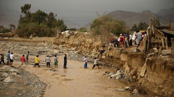 Voluntarios entregan donativos a las personas afectadas en el distrito de Cajamarquilla, en Lima