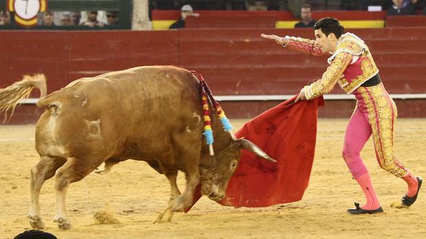 López Simón simula la suerte suprema con el toro que indultó