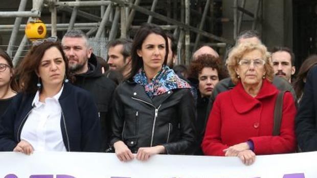 Mayer, Maestre y Carmena, ayer, en una manifestación