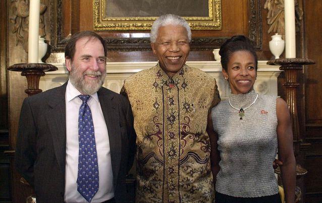 Nelson Mandela y su esposa con Nicky Oppenheimer, empresario criptojudío, dueño de la compañía minera Anglo American.