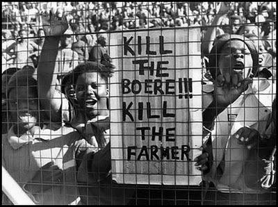 "Turba de negros pidiendo la muerte de los granjeros blancos bajo el lema ""¡mata al bóer, mata al granjero!""."