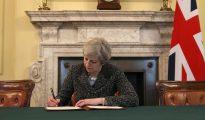 La primera ministra británica, Theresa May, firmó el martes la carta de salida de la UE