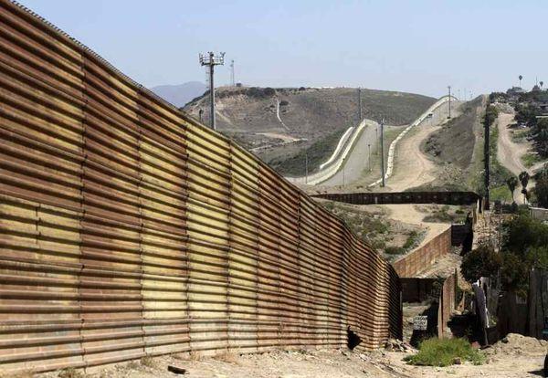 En algunas partes de la frontera sur con México ya hay muros, los cuales Trump quiere mejorar y hacer más altos y fuertes.