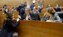 Mónica Oltra conversa con Rafael Climent en una imagen de archivo