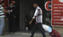 Un trabajador extranjero arrastra su equipaje por una calle de Riad