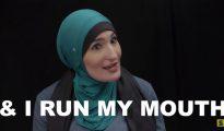 """La activista musulmana Linda Sarsour califica su supuesta disidencia como """"patriotismo"""" y acto seguido aboga por amputar los genitales a otras mujeres. (Imagen: Seriously.TV)"""