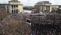 Miles de personas se han dado cita hoy en la plaza del Trocadero de París para apoyar a Francois Fillon.