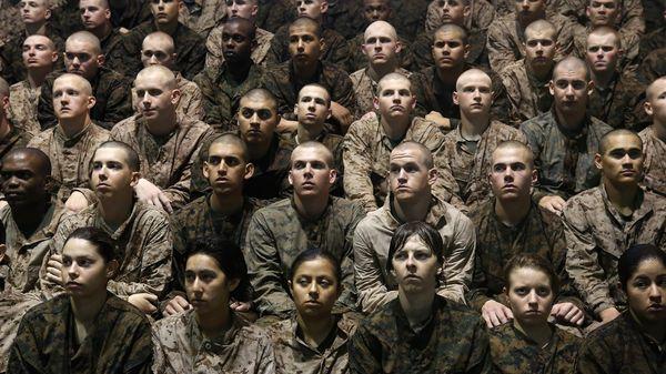 Además de las fotografías de mujeres militares identificadas había imágenes de mujeres no identificadas desvestidas en diversas etapas