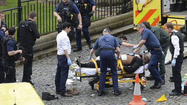 El agresor es trasladado luego de haber sido herido de un disparo por la Policía Metropolitana. Algunos medios aseguran que el terrorista murió