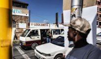Los minibuses son un medio habitual de transporte de los suburbios de Johannesburgo, como Rosettenville, en la imagen