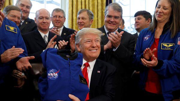 Donald Trump firmó la ley que transfiere fondos al organismo en el Salón Oval