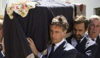 Hijos de Ruiz Mateos trasladan su féretro el día de su funeral.