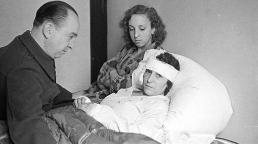 Melchor, en 1936, junto a su familia herida en un bombardeo