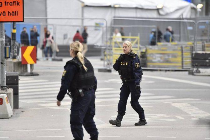 Dos mujeres policías tras el atentado islamista de hoy.