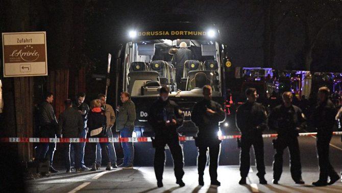 El autocar del Dortmund, custodiado por la policía tras el ataque sufrido