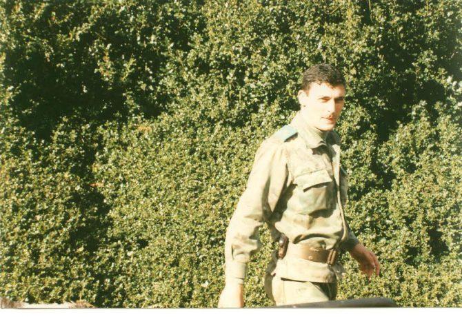 Enrique Área Sacristán, con el empleo de capitán, participando en unas maniobras militares en Francia.