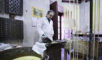 El cerero Manuel Yuste en la fábrica de velas artesanas de Segovia
