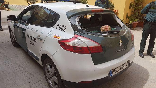 Estado en el que quedó un coche de la Guardia Civil tras ser atacado con piedras y ladrillos (Foto El Mundo)