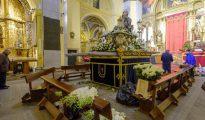 Cofrades de la Virgen de las Angustias preparan el paso antes de salir en la procesión del Encuentro