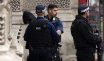 Policías detienen a un hombre tras un incidente en Westminster, Londres, Reino Unido, ayer