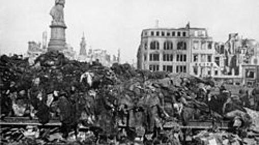 Pila de cadáveres tras los bombardeos de Dresde