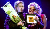 """El obispo de Helsinki dando el """"premio"""" al """"gay del año"""", un menor."""