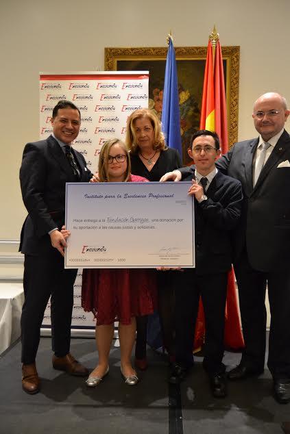 Ignacio de Jacob y Gómez entregando un cheque con un donativo a la Fundación Garrigou de ayuda a niños y jóvenes con síndrome de Down.