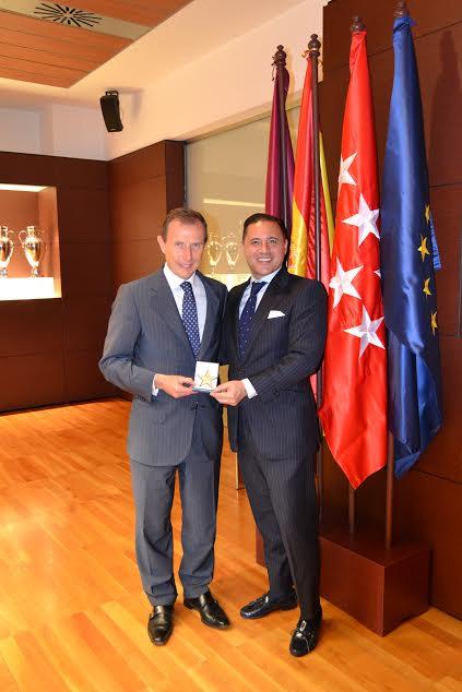 Ignacio de Jacob y Gómez entregando la Estrella de Oro de la Excelencia y el Título de Consejero de Honor a Emilio Butragueño, Director de Relaciones Institucionales del Real Madrid C.F.