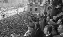 1 de octubre de 1975: Franco, aclamado en la plaza de Oriente por cientos de miles de españoles, en su última aparición pública. Murió 40 días después.