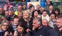 La líder del Frente Nacional, Marine Le Pen, en la fábrica de Amiens, en el norte de Francia, hoy.