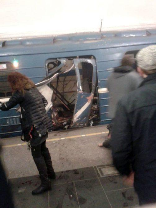 Una de las primeras tomas muestra cómo quedó la puerta del vagón de pasajeros del metro