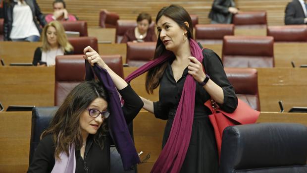 Imagen de la consellera de Sanidad, Carmen Montón, en las Cortes Valencianas, junto a Mónica Oltra.