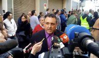 Óscar Bermán atendiendo a los muchos medios desplazados hasta Palafolls.