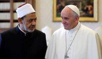 El Papa Francisco junto a Sheikh Ahmed Mohamed el-Tayeb, imán egipcio de la mezquita de Al-Azhar. Mientras el primero reclama la acogida de refugiados musulmanes en Europa, el egipcio le dice a los cristianos que abandonen Egipto si no están conforme con las normas islámicas imperantes.