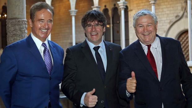 El presidente catalán, Carles Puigdemont (c), con los congresistas estadounidenses Dana Rohrabacher (d) y Brian Hig