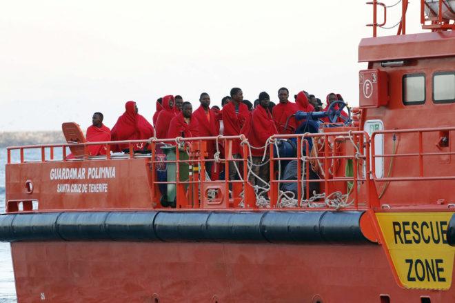 Inmigrantes, llegando al puerto de Almería en la embarcación de Salvamento Marítimo.