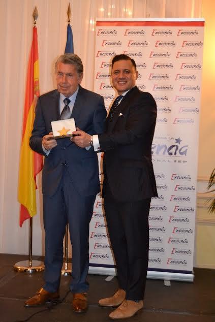 Ignacio de Jacob y Gómez entregando el Título de Consejero de Honor y Estrella de Oro de la excelencia al tenista Manolo Santana.