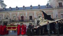 Encuentro entre Nuestra Señora de la Soledad y el Cristo Yacente, en la plaza de la Villa