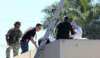 La policía en el techo del hospital donde fue encontrado el cuerpo