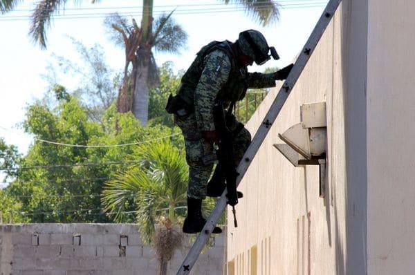 Un soldado baja del techo del hospital
