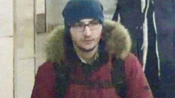 Una captura de la cámara de seguridad del metro de San Petersburgo muestra al terrorista momentos antes de perpetrar el ataque