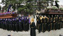 Un momento de la procesión del Santo Encuentro que por primera vez cambia de ubicación y se celebra en la plaza de Amboage de Ferrol, en lugar de la plaza de Armas
