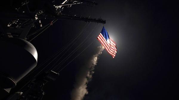 El destructor USS Porter lanza un misil teledirigido Tomahawk desde el Mar Mediterráneo