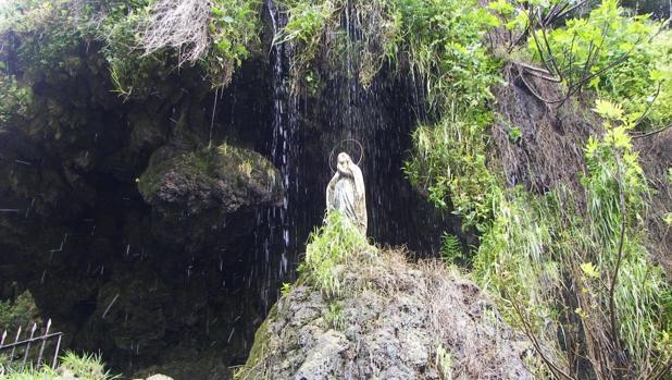 a Virgen de Lourdes en el acceso a la cueva antes de ser atacada
